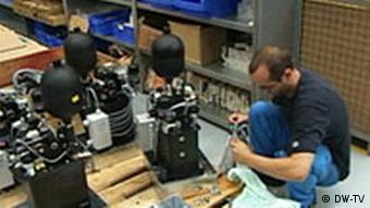 Techniker bei der Arbeit (Foto: DW)