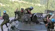 Georgien Russiche Soldaten springen von einem Panzer am Inguren Damm Abchasien und Georgien