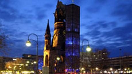 Ο παλιός πύργος της εκκλησίας θυμίζει την καταστροφή του Β' Παγκοσμίου Πολέμου, ο νέος το επίτευγμα της ανοικοδόμησης. Είναι ένα μνημείο ορόσημο, τόπος μνήμης και παρηγοριάς. Την παραμονή των Χριστουγέννων θα τελεσθούν λίγες θείες λειτουργίες με επισκέπτες που έχουν δηλώσει συμμετοχή εκ των προτέρων.