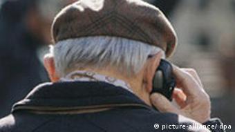 Rentner telefoniert mit seinem Handy