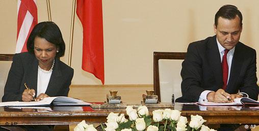 رادک سیکورسکی، وزیر امور خارجه لهستان و کاندولیزا رایس، همتای آمریکایی او در حال امضای قرارداد استقرار سپر دفاع موشکی