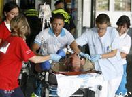 Personal médico atiende a un pasajero herido en Barajas.