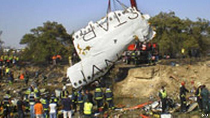 Das Wrack des abgestürzten Flugzeug der Spanair (AP)