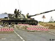 资料图片:2008年8月俄罗斯士兵驻守在距离格鲁吉亚西北部60公里处