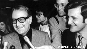 Black and white photo from 1978 of Wolfgang Vogel surronded by journalists.