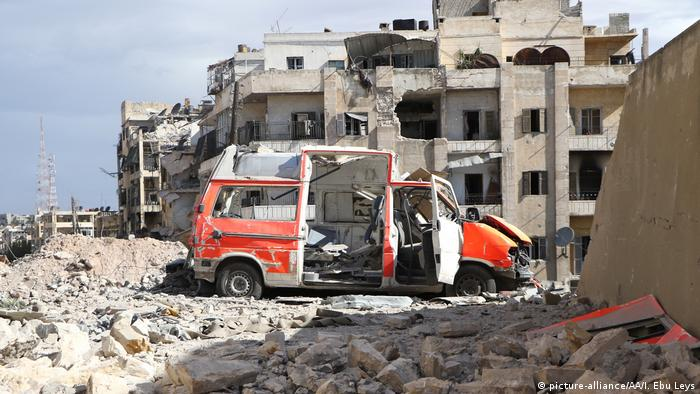 Syrien Aleppo - Zerstörter Krankenwagen (picture-alliance/AA/I. Ebu Leys)