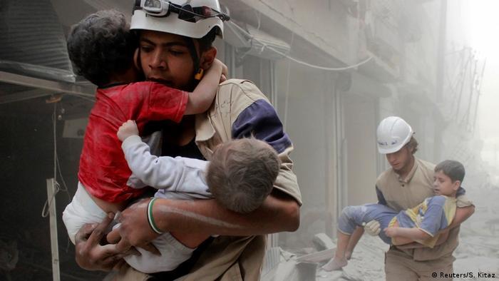 Syrien Aleppo - Mitglieder der Civil Defense retten Kinder nach Luftangriff