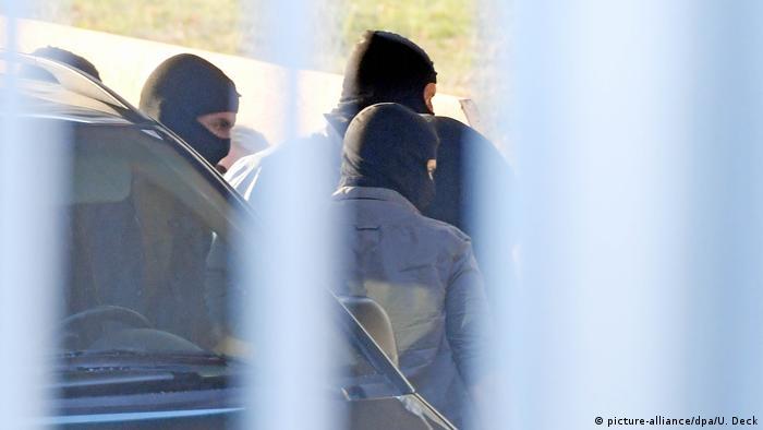 Symbolbild Mutmaßliches IS-Mitglied am Düsseldorfer Flughafen festgenommen (picture-alliance/dpa/U. Deck)
