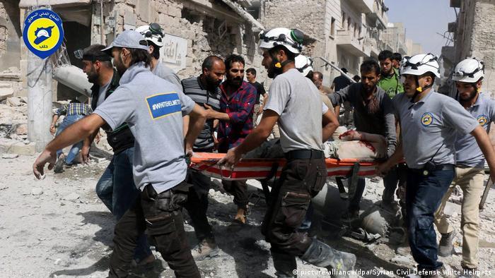 Syrien Aleppo Zerstörung Opfer Weißhelme (picture-alliance/dpa/Syrian Civil Defense White Helmets)