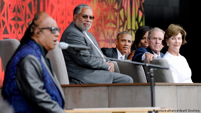 Former First Lady Laura Bush, former President George W. Bush, U.S President Barack Obama and First Lady Michelle Obama listen to singer Stevie Wonder during the opening ceremony of the Smithsonian's National Museum of African American History and Culture in Washington, DC, USA, 24 September 2016 (picture-alliance/dpa/O.Douliery)
