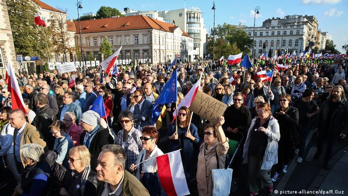 Poles renew protest against ruling PiS party
