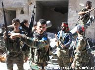 Syrische Soldaten im eroberten Palästinenserlager Handarat