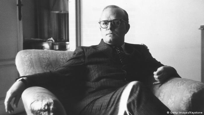 Las cenizas del escritor estadounidense Truman Capote fueron subastadas en Los Angeles por 45.000 dólares (40.000 euros). De momento se desconoce quién adquirió la pequeña caja de madera con los restos del famoso escritor y periodista, autor de A sangre fría y Desayuno en Tiffany's, nacido en Nueva Orleans en 1924. (24.09.2016)