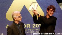 Der Musikproduzent Tony Visconti(l) übergibt am 24.09.2016 in Hamburg den diesjährigen Anchor-Award an den Preisträger, den schwedischen Musiker Albin Lee Meldau . Mit diesem Festakt endet das diesjährige Reeperbahn Musikfestival. Foto: Markus Scholz/dpa +++(c) dpa - Bildfunk+++