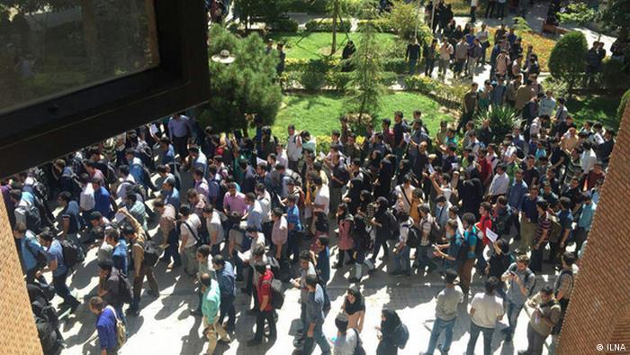 عکس از آرشیو، اعتراض دانشجویان دانشگاههای شریف و امیرکبیر به شهریه دانشگاهی