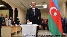 26.09.2016+++ Azerbaijani President Ilham Aliyev casts his ballot at a polling station during a referendum in Baku, Azerbaijan on Monday, Sept. 26, 2016. The Monday vote is on proposals including raising the presidential term from five years to seven, granting the president the right to dissolve parliament and creating new appointed vice presidential posts. +++ (C) picture-alliance/AP Photo/V. Amrullayev
