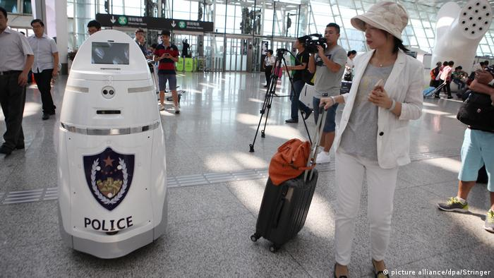 AnBot China Polizei Roboter (picture alliance/dpa/Stringer)