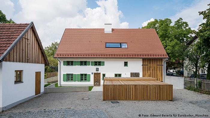 А эта перестроенная старинная баварская усадьба – творение мюнхенского архитектурного бюро Peter Haimerl Architektur. Здание, которое принадлежало когда-то сапожных дел мастеру, расположено в мюнхенском районе Альт-Рим. Внешне – колоритная деревенская постройка XVIII века. Зато внутри все отвечает самым современным требованиям.