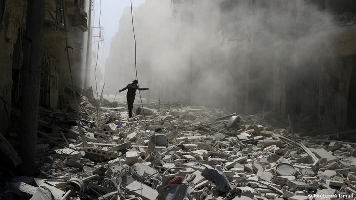 Syrien Aleppo Trümmer nach einem Luftangriff (Reuters/A.Ismail)
