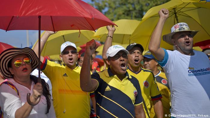Kolumbien Regierung vor Unterzeichnung von Friedensvertrag mit linken Rebellen Gegendemonstranten (Getty Images/AFP/L. Robayo)