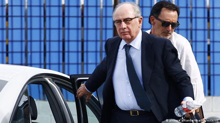 Родриго Рато выходит из автомобиля