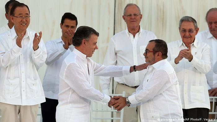 Signing of peace treaty in Colombia (picture-alliance/AP Photo/F. Vergara)