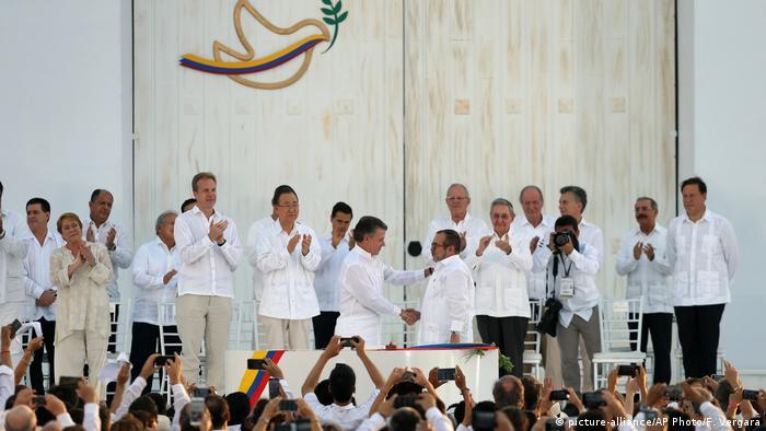 Kolumbien Unterzeichnung des Friedensvertrags (picture-alliance/AP Photo/F. Vergara)