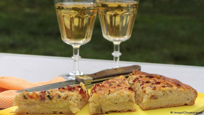 در ماههای سپتامبر و اکتبر بخصوص در جنوب آلمان کوکوی پیاز طرفداران بسیاری دارد. کوکوی پیاز معمولا با آب انگور الکلدار در حال تخمیر که در آلمان به آن Federweißer گفته میشود صرف میشود.