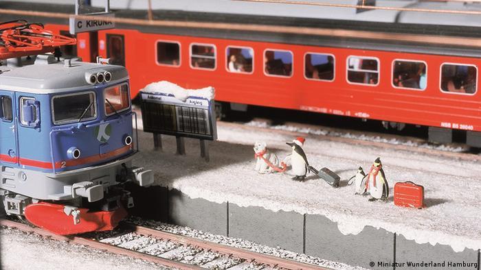 Schweden Winterurlauber warten auf ihren Zug im Bahnhof Kiruna (Miniatur Wunderland Hamburg)