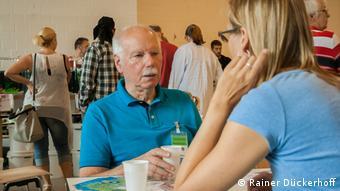 DW reporter Brigitte Osterath speaks with aquarium expert Günter Hein at a freshwater fish exchange (Photo: Rainer Dückerhoff)