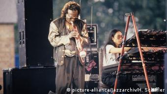 Deutschland Miles Davis bei einem Konzert im Hamburger Stadtpark (picture-alliance/Jazzarchiv/H. Schiffler)