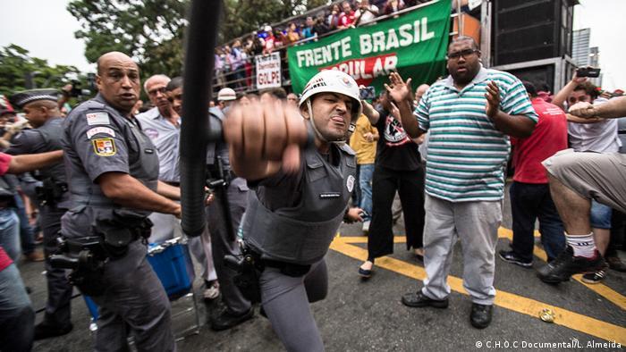 Policial agride foto jornalista durante manifestação em São Paulo