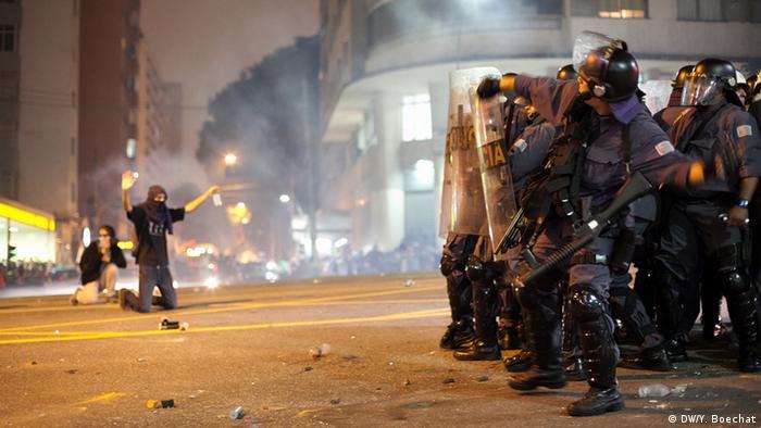 Soldado do Batalhão de Choque da Polícia Militar do Estado de São Paulo se prepara para jogar uma granada de efeito moral em direção a manifestantes que protestavam contra o aumento da tarifa de transportes públicos em 2013.