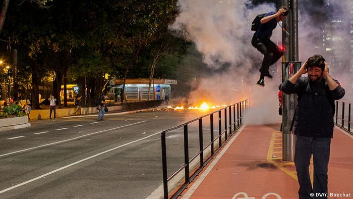 O uso desmedido de munições menos letais pela polícia, como bombas de efeito moral e balas de borracha, tem sido uma das principais críticas dos movimentos em defesa da liberdade de expressão no Brasil. Nos últimos três anos, ao menos quatro pessoas perderam a visão por conta de ferimentos ocorridos por ações da polícia em manifestações.