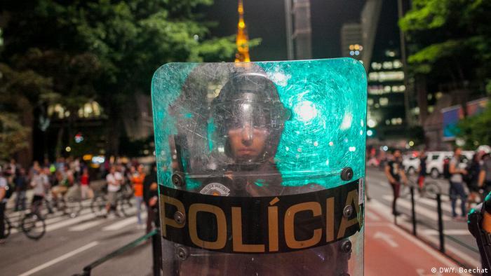 Policial militar do Estado de São Paulo se posiciona para impedir que manifestantes que protestavam contra o impeachment da ex-presidente Dilma Rousseff, em agosto de 2016, marchem pela Avenida Paulista.