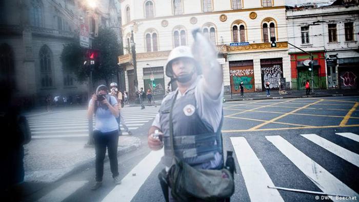 Policial Militar do Estado de São Paulo ataca fotógrafo com spray de pimenta durante manifestação popular. Levantamento da Associação Brasileira de Jornalismo Investigativo mostra que 210 jornalistas foram agredidos pelas forças de segurança do Brasil nos últimos três anos.