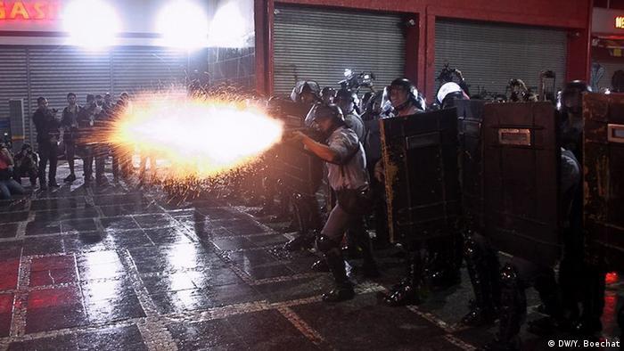 Soldado da tropa de choque de São Paulo atira balas de borracha em manifestantes que protestavam contra o aumento das tarifas de transporte público em junho de 2013.