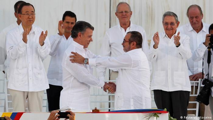 Presidente colombiano, Juan Manuel Santos, e número um das Farc, Rodrigo Londoño Echeverri, na assinatura do acordo de paz.