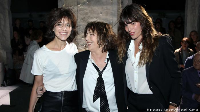 Charlotte Gainsbourg, Jane Birkin and Lou Doillon and the Yves Saint Laurent Prêt-à-porter show in Paris (picture-alliance/AP Photo/T. Camus)