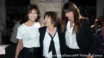 Paris Modenschau Prêt-à-porter Yves Saint Laurent Lou Doillon, Charlotte Gainsbourg and Jane Birkin (picture-alliance/AP Photo/T. Camus)
