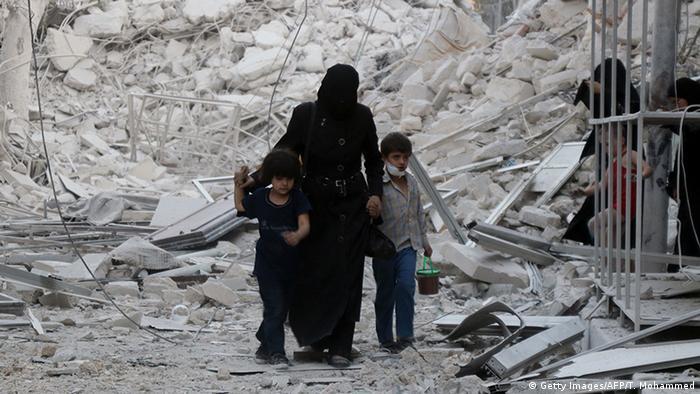 Syrien Aleppo Frau mit Kindern in Trümmern (Getty Images/AFP/T. Mohammed)