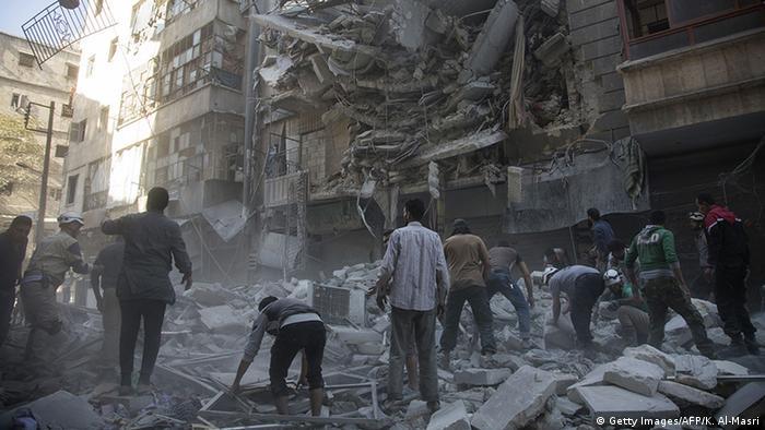 Syrien Aleppo Menschen zwischen Trümmern (Getty Images/AFP/K. Al-Masri)