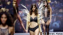 Frankreich Paris Fashion Week Modenschau Models present creations during the Etam Live Show Lingerie (Reuters/C. Platiau)
