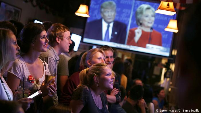 USA Washington DC Menschen schauen TV Debatte Clinton Trump (Getty Images/C. Somodevilla)