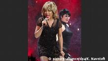 Sängerin Tina Turner im kleinen schwarzen Kleid / 200. Geburtstag Andersens - Galashow