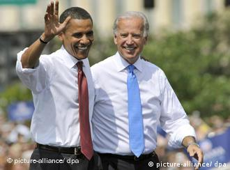 Presumptive Democratic presidential candidate Sen. Barack Obama (D-IL), left, and Sen. Joe Biden (D-DE), right, greet the crowd during a rally at which Obama announced Biden as his running mate at the Old State Capitol in Springfield, Illinois on August 23, 2008. Foto: Darrell Hoemann +++(c) dpa - Report+++