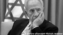 Israel Prortrait Shimon Peres s/w (picture-alliance/AP Photo/S. Scheiner)