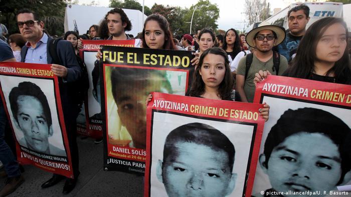 Mexiko Guadalajara Demonstranten anlässlich Jahrestag der verschwundenen Studenten (picture-alliance/dpa/U. R. Basurto)