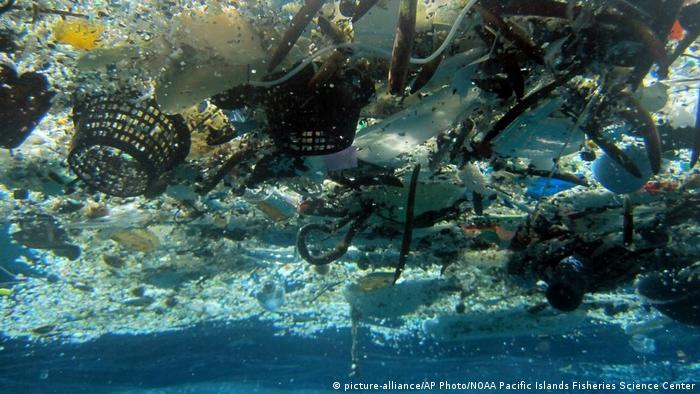 Hawaii: Plastic garbage in the ocean (Photo: picture-alliance/AP Photo/NOAA Pacific Islands Fisheries Science Center)