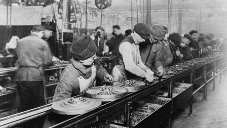 Trabalhadores na linha de montagem da Ford em 1913